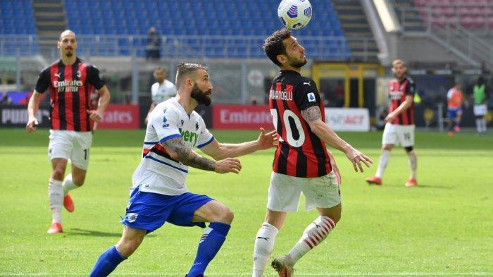 Hakan Calhanoglu dan Lorenzo Tonelli di Liga Italia Serie A AC Milan vs Sampdoria pada 3 April 2021 di stadion San Siro di Milan.