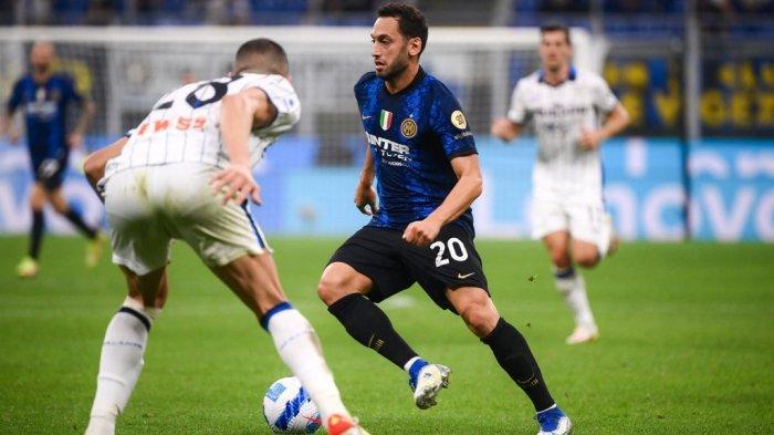 Hakan Calhanoglu di Liga Serie A antara Inter Milan vs Atalanta di stadion San Siro di Milan, pada 25 September 2021.