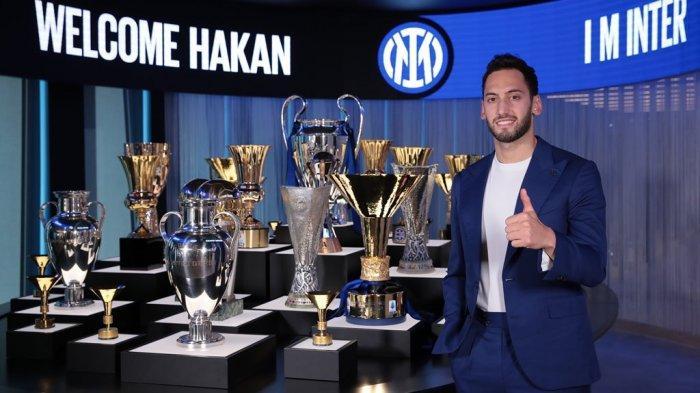 Hakan Calhanoglu diperkenalkan sebagai rekrutan anyar Inter Milan.