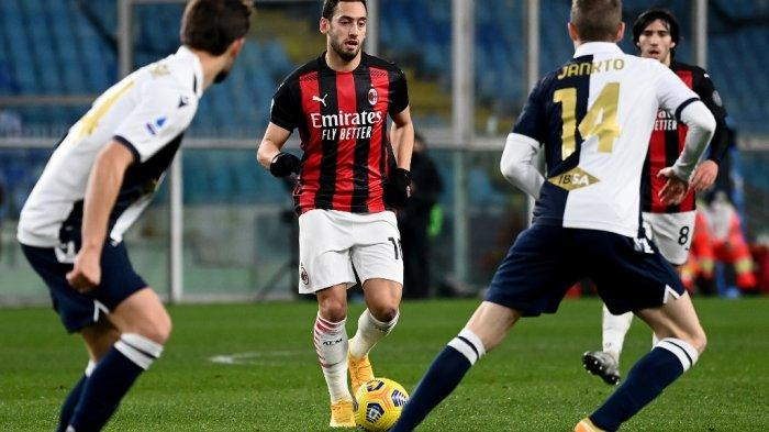 Gelandang Turki AC Milan Hakan Calhanoglu pada pertandingan sepak bola Serie A Italia Sampdoria vs AC Milan di stadion Luigi Ferrari di Genoa pada 06 Desember 2020.