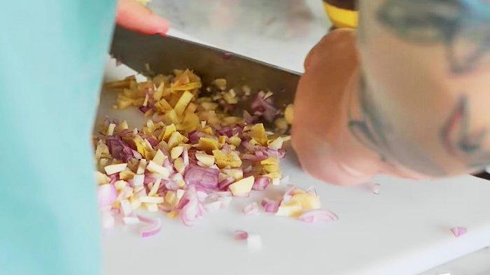 Haluskan daun bawang untuk membuat kaldu nasi tim