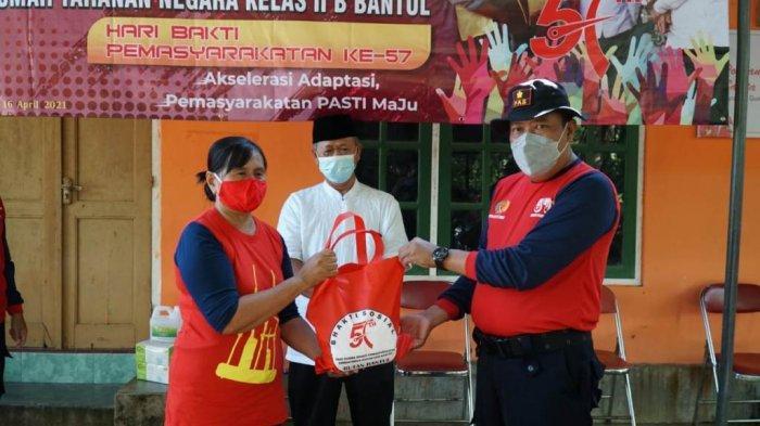 Hari Bhakti Pemasyarakatan ke 57, Rutan Kelas IIB Bantul Berikan Bingkisan untuk Warga Iroyudan