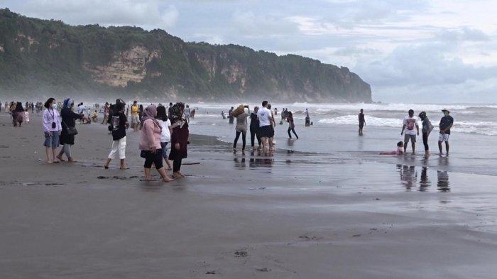 Hari Pertama di Tahun Baru, 14 Ribu Wisatawan Kunjungi Pantai Depok dan Pantai Parangtitis