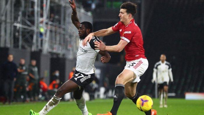 Harry Maguire dan Ruben Loftus-Cheek di Liga Inggris Fulham vs Manchester United di Craven Cottage di London pada 20 Januari 2021.