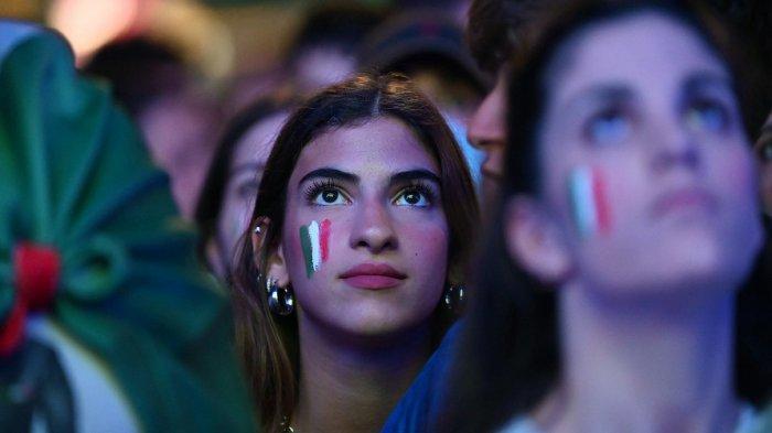 Penggemar Italia menonton di layar raksasa siaran pertandingan sepak bola perempat final UEFA EURO 2020 antara Belgia dan Italia di Piazza del Popolo di Roma, pada 2 Juli 2021.