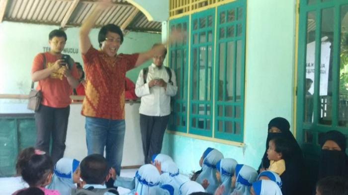 Kak Seto mengajak anak-anak RAT Ammanah Ummah bernyanyi, untuk menghilangkan trauma, pasca penggeledahan Densus 88 di rumah terduga teroris Siyono, bulan Maret lalu. Senin (18/4/2016).