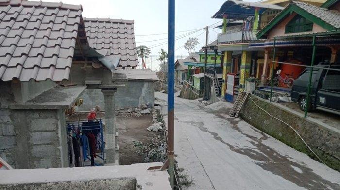 Guyuran hujan abu Gunung Merapi menutupi jalan di Desa Babadan 2 Atas, Magelang, Senin (16/08/2021).