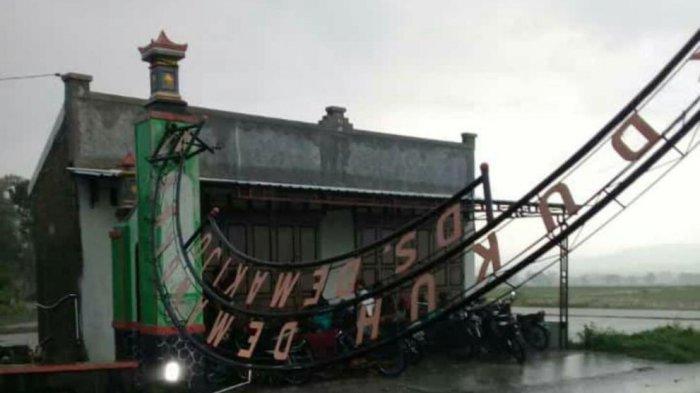 Hujan Deras dan Angin Kencang Landa Klaten, Gapura Dukuh Demangan Desa Demakijo Klaten Roboh