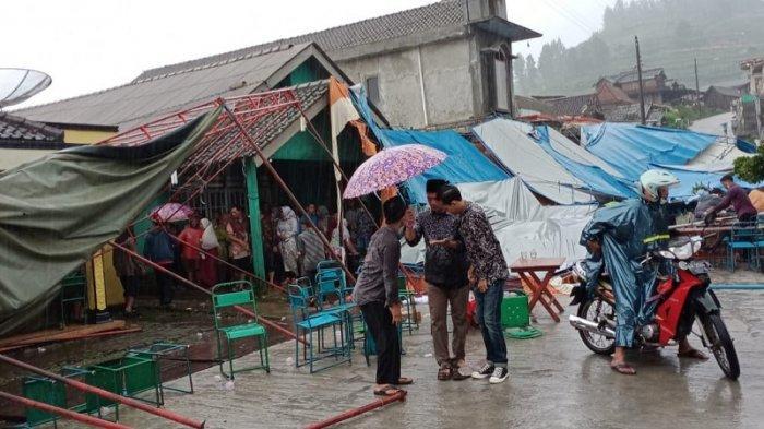 Hujan Disertai Angin Kencang Hancurkan Tenda Resepsi Pernikahan di Magelang