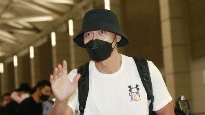 Di Bandara, Hyun Bin Minta Penggemar Jaga Jarak dan Patuhi Protokol Kesehatan Covid-19