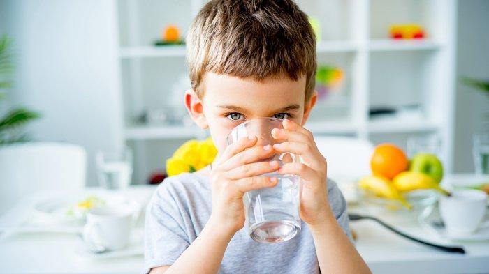 indysoftwater.com, Ilustrasi anak minum air putih yang dapat melancarkan BAB