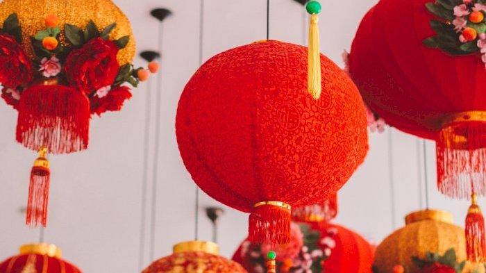 Tradisi Khas dalam Perayaan Tahun Baru Imlek, Makna Dekorasi Warna Merah hingga Kebiasaa Bagi Angpao