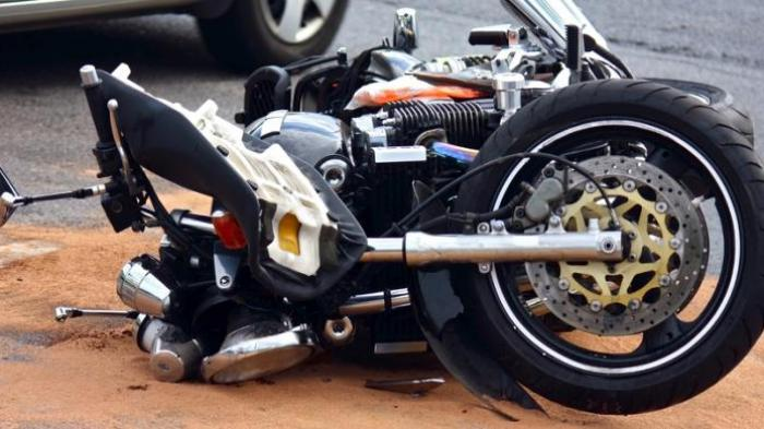 'Cium' Bokong Truk, Pengendara Sepeda Motor Terluka Parah