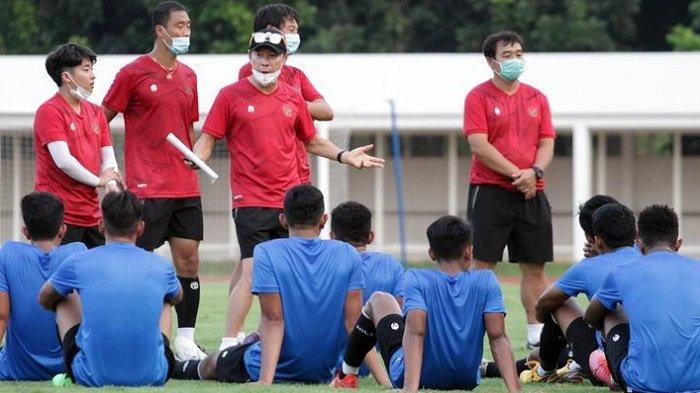 Pelatih timnas Indonesia, Shin Tae-yong, memberikan wejangan kepada skuad timnas U19