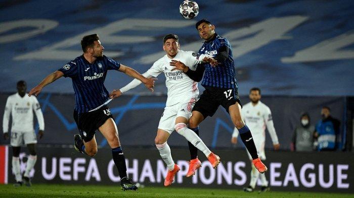 Bek Atalanta Djimsiti (Kiri) dan  Cristian Romero (kanan) bersaing dengan gelandang Real Madrid Federico Valverde selama pertandingan sepak bola leg kedua babak 16 besar Liga Champions UEFA antara Real Madrid CF dan Atalanta
