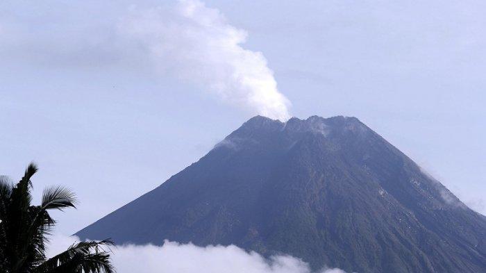 Penampakan Gunung Merapi dari Desa Candibinangun, Pakem dan Desa Kepuharjo, Cangkringan, Sleman,  Sabtu (28/11/2020)
