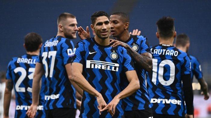 Bek Inter Milan asal Maroko Achraf Hakimi (tengah) melakukan selebrasi setelah membuka skor pada Serie A Italia Inter Milan vs La Spezia pada 20 Desember 2020 di stadion Giuseppe-Meazza (San Siro) di Milan.