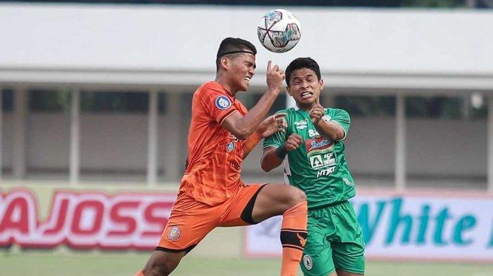 Irkham Zahrul Mila (kanan) berduel dengan pemain Persiraja Banda Aceh di Stadion Madya, Senayan, Jakarta, Sabtu (11/9/2021).