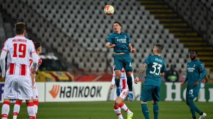 Ismael Bennacer menyundul bola di babak 32 besar Liga Eropa Bintang Merah vs AC Milan di stadion Rajko Mitic di Beograd, pada 18 Februari 2021.