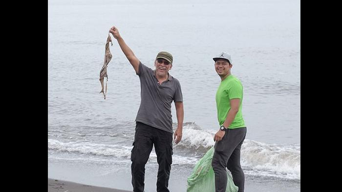 Iwan Fals Temukan Kutang saat Bersih-bersih Pantai Bikin Netizen Ngakak