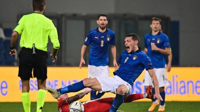 Gelandang Polandia Jacek Goralski (Bawah) menangani penyerang Italia Andrea Belotti sebelum menerima kartu merah selama UEFA Nations League A, pertandingan sepak bola Grup 1 Italia vs Polandia pada 15 November 2020 di stadion Mapei di Reggio Emilia.