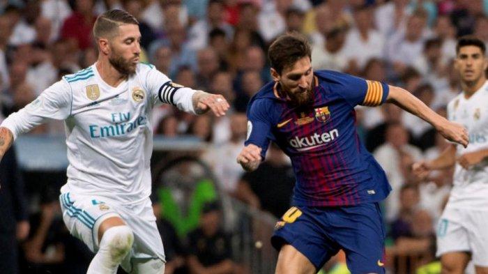 Duel antara kapten Real Madrid, Sergio Ramos (kiri), dan Lionel Messi, yang menjabat kapten Barcelona dalam partai el clasico di Santiago Bernabeu, Madrid, 16 Agustus 2017.