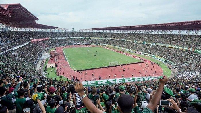 Puluhan ribu suporter Bonek memadati Stadion Gelora Bung Tomo saat Persebaya menjamu Madura United di leg pertama Piala Presiden 2019 silam.
