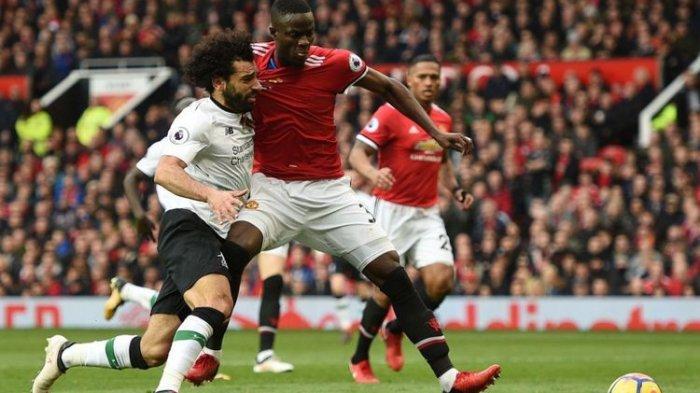 Eric Bailly memberi kawalan ketat kepada Mohamed Salah pada pertandingan Manchester United vs Liverpool di Stadion Old Trafford, Sabtu (10/3/2018).