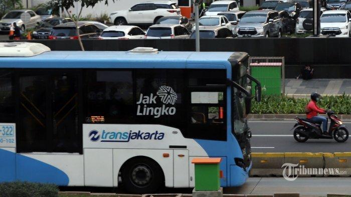 Bus TransJakarta melintas di kawasan Sudirman, Jakarta Selatan.