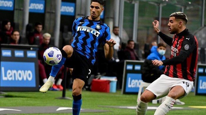 INTER MILAN vs AC MILAN - Bek Italia Inter Milan Achraf Hakimi (Kiri) memperebutkan bola dengan bek Prancis AC Milan Theo Hernandez saat pertandingan sepak bola Serie A Italia antara Inter Milan dan AC Milan di stadion San Siro di Milan pada 17 Oktober 2020.