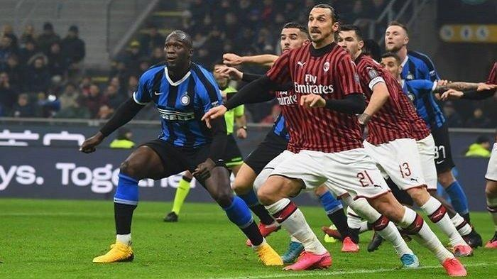 Striker Inter Milan, Romelu Lukaku (kiri), mendapat penjagaan dari penyerang AC Milan, Zlatan Ibrahimovic, dalam laga Liga Italia di Stadion Giuseppe Meazza, Minggu (9/2/2020).