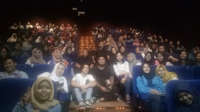 Para Pemeran Film Surat Cinta Untuk Starla Bagi Bagi Merchandise Pada Fans Di Jcm Tribun Jogja