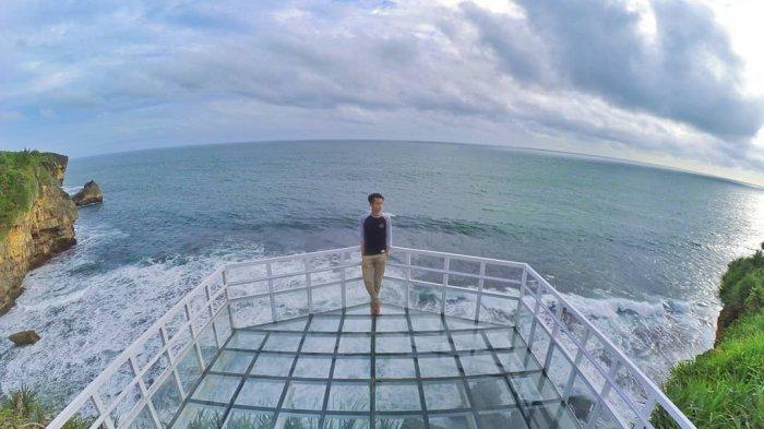 Jembatan Kaca Pantai Nguluran jadi Spot Foto Baru Favorit di Gunungkidul