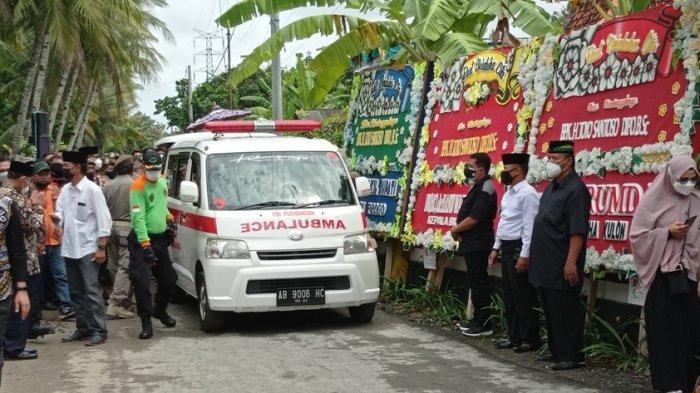 Jenazah Mantan Bupati Kulon Progo, Toyo Santoso Dipo diberangkatkan dari rumah duka di Pedukuhan Dukuh RT 21/9 Kalurahan Ngestiharjo, Kapanewon Wates, Kabupaten Kulon Progo untuk dikebumikan.