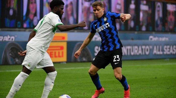Jeremie Boga dan Nicolo Barella di Liga Italia Serie A Inter Milan vs Sassuolo pada 7 April 2021 di stadion San Siro di Milan.