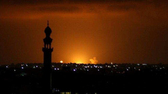 Asap dan api membubung menyusul serangan udara Israel di Khan Yunis, di selatan Jalur Gaza pada 16 September 2020. Israel mengebom tempat itu setelah dua roket ditembakkan dari Gaza, dengan salah satunya jatuh di Ashdod dan melukai dua orang.