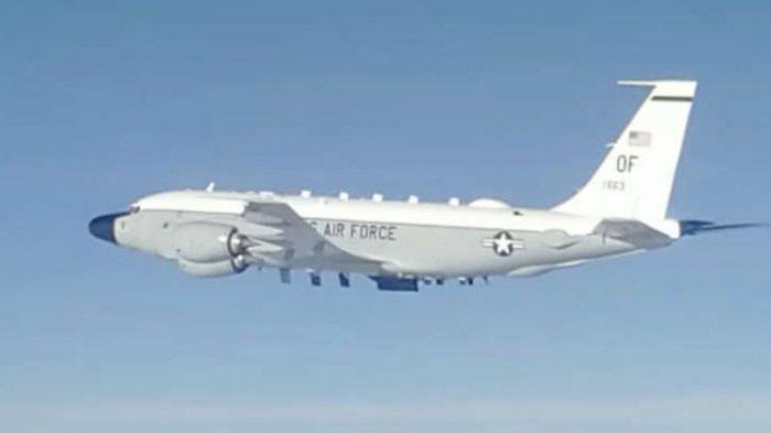 Sebuah pesawat pengintai RC-135 Angkatan Udara AS terlihat saat dicegat oleh jet tempur Su-35 Rusia di atas Samudra Pasifik pada 10 Juni.
