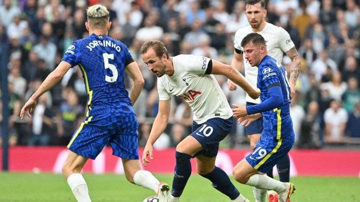 Jorginho dan Mason Mount vs Harry Kane di Liga Inggris antara Tottenham Hotspur vs Chelsea di Stadion Tottenham Hotspur di London, pada 19 September 2021.