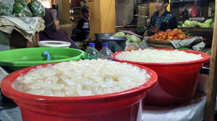 Momen Ramadan kali ini banyak dimanfaatkan pedagang tradisional untuk berjualan kolang kaling, Senin (29/5/2017).