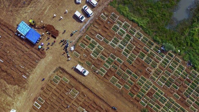 Foto udara ini menunjukkan para pekerja menguburkan jenazah korban virus corona Covid-19 di TPU Pedurenan, Bekasi, Jawa Barat, pada 7 Juli 2021.
