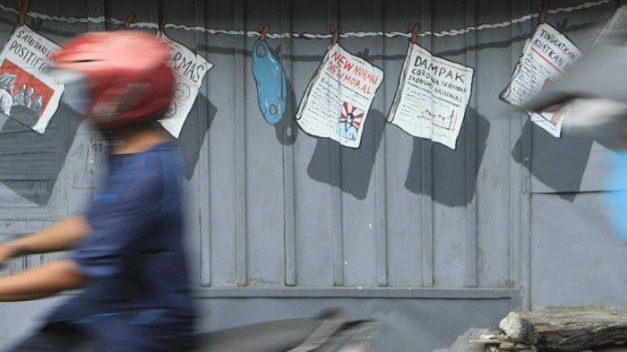 SENI MELAWAN COVID-19. Warga melintasi karya seni mural bertajuk melawan covid-19 di kawasan Serangan, Kota Yogyakarta, Minggu (13/12/2020). Di Kota Yogyakarta ada sejumlah titik karya seni mural yang mengkampanyekan melawan Covid-19 dengan ajakan melakukan protokol kesehatan.