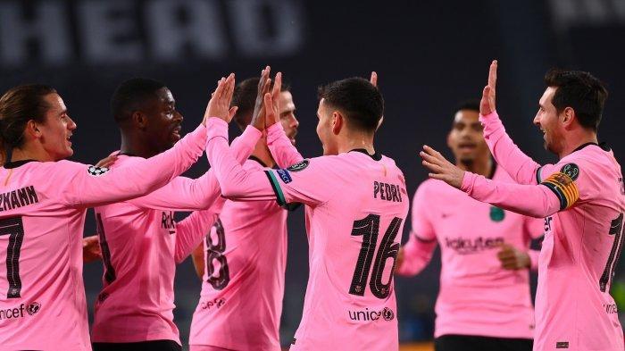 Penyerang Barcelona Ousmane Dembele (kedua dari kiri)) merayakan gol dengan rekan setimnya setelah mencetak gol pertama pada pertandingan sepak bola Grup G Liga Champions UEFA antara Juventus dan Barcelona pada 28 Oktober 2020 di stadion Juventus di Turin