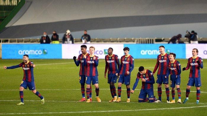 Para pemain Barcelona merayakan kemenangan mereka setelah adu penalti dalam pertandingan sepak bola semi final Piala Super Spanyol antara Real Sociedad dan FC Barcelona di stadion Nuevo Arcangel di Cordoba pada 13 Januari 2021
