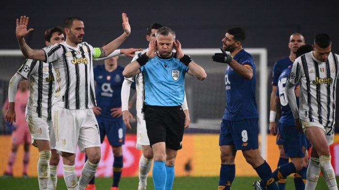 Wasit Bjorn Kuipers (tengah) bereaksi saat para pemain melakukan protes sebelum memberikan kartu merah kepada pemain depan Iran FC Porto Mehdi Taremi (CR) selama pertandingan leg kedua babak 16 besar Liga Champions UEFA antara Juventus Turin dan FC Porto pada Rabu 10 Maret 2021 di stadion Juventus di Turin.