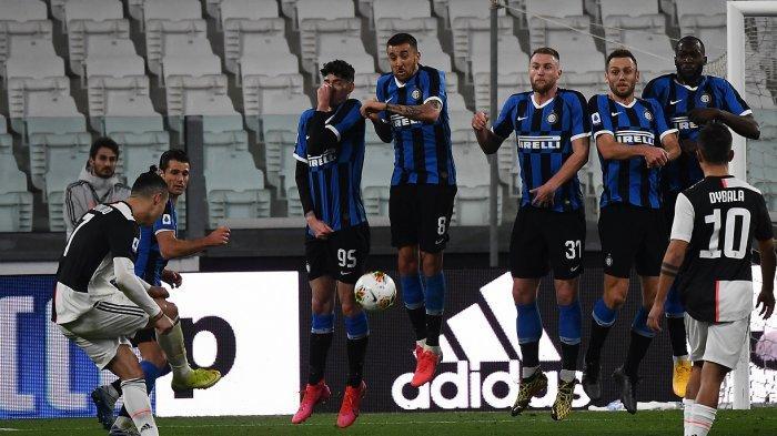 Cristiano Ronaldo (kiri) melakukan tendangan bebas pada pertandingan sepak bola Serie A Italia Juventus vs Inter Milan, di stadion Juventus di Turin pada 8 Maret 2020. Pertandingan dimainkan secara tertutup karena coronavirus