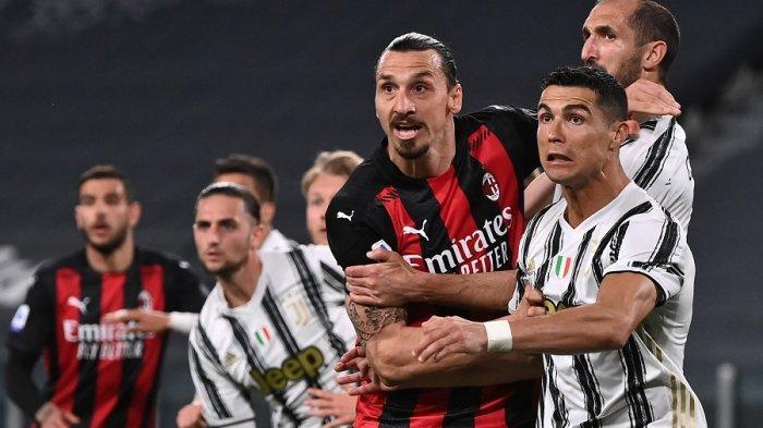 Penyerang AC Milan Zlatan Ibrahimovic dan penyerang Juventus Cristiano Ronaldo berebut bola pada pertandingan sepak bola Serie A Italia Juventus vs AC Milan pada Senin 10 Mei 2021.
