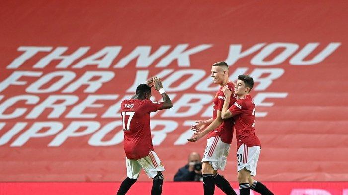 Gelandang Manchester United Scott McTominay (tengah) merayakan gol bersama rekan setimnya setelah mencetak gol keenam pada pertandingan sepak bola Liga Inggrisantara Manchester United dan Southampton di Old Trafford, Rabu (3/2/2021)