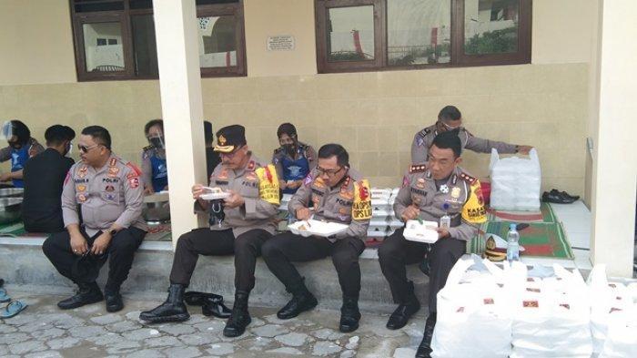 Kakorlantas Polri Irjen Pol Istiono Tinjau Dapur Umum Pengungsi Gunung Merapi di Klaten