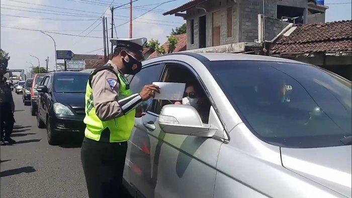 Kakorlantas Polri Tinjau Penyekatan di Tugu Ireng, Pengendara Diminta Unduh Aplikasi Peduli Lindungi