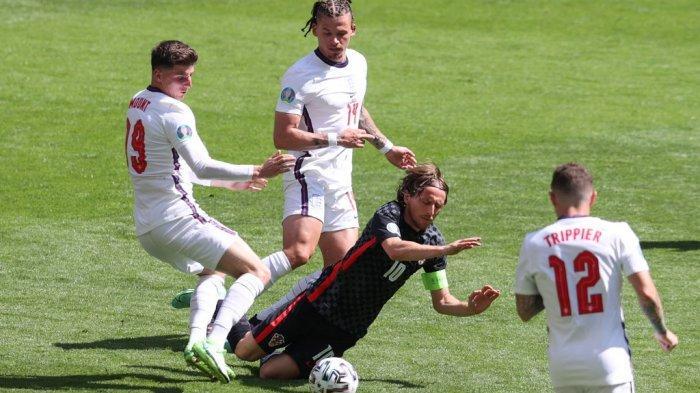 Kalvin Phillips melanggar Luka Modric di EURO 2020 Inggris vs Kroasia di Stadion Wembley di London pada 13 Juni 2021.